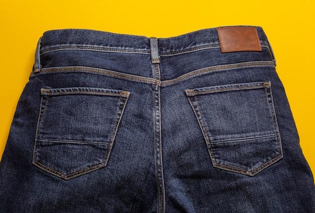 Texture de jeans bleu sur fond jaune