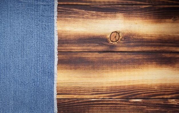 Texture de jeans bleus sur la surface de fond en bois