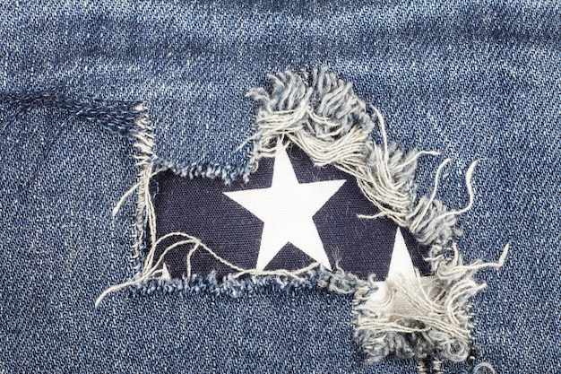Texture de jeans en denim déchiré bleu.