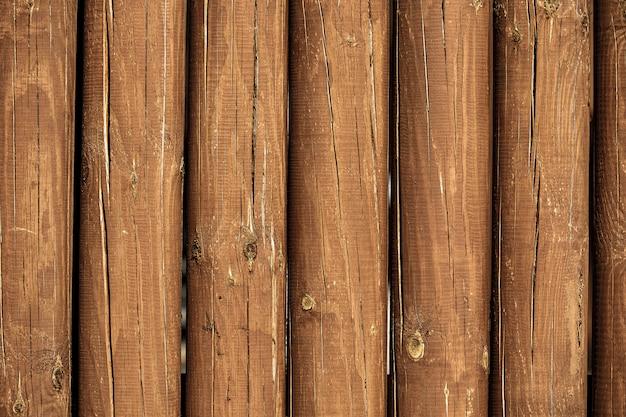 La texture des journaux. mur d'une maison rurale en rondins de bois avec noeuds. fond en bois, espace copie.