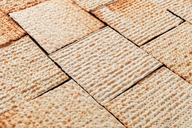 Texture de la matsa de pâque juive. symbole de la pâque juive.