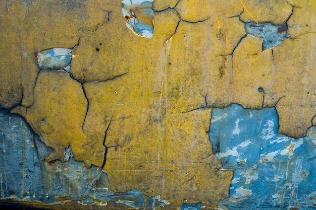 Texture en métal avec rayures et fissures, fond de mur de rouille
