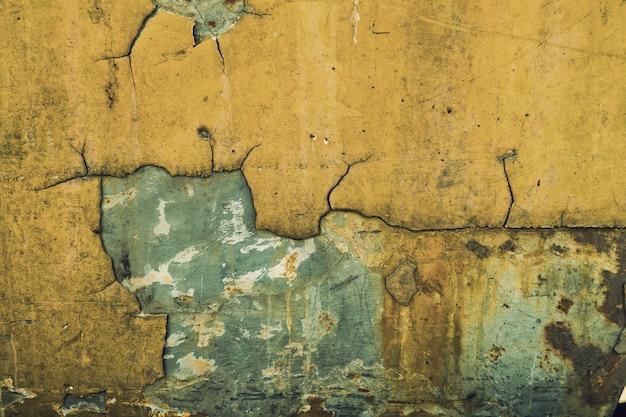 Texture en métal avec rayures et fissures, mur rouille