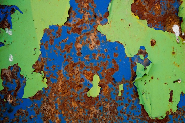 Texture en métal avec rayures et fissures, mur rouillé