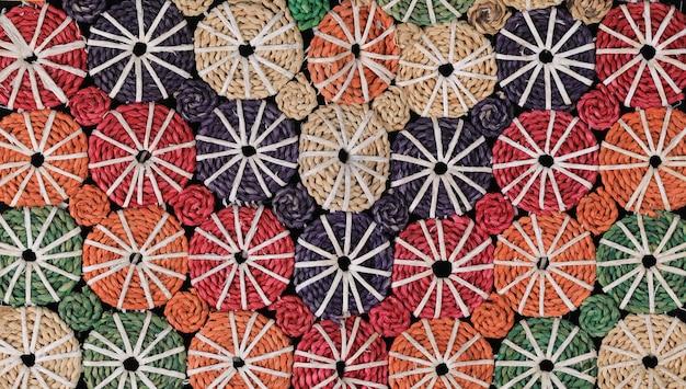 Texture et modèle sans couture de panier de paille en osier coloré