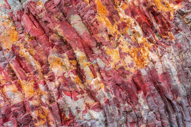 Texture de montagnes toniques, basalte volcanique comme en islande. tendance couleur lave luxuriante. texture de roche colorée lumineuse