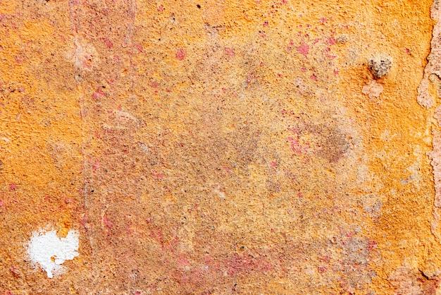 Texture d'un mur de béton avec des fissures et des rayures