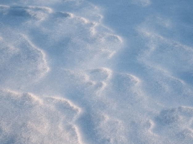 La texture de la neige blanche, clair-obscur.