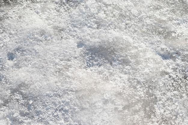 La texture de la neige blanche peut être utilisée pour le fond