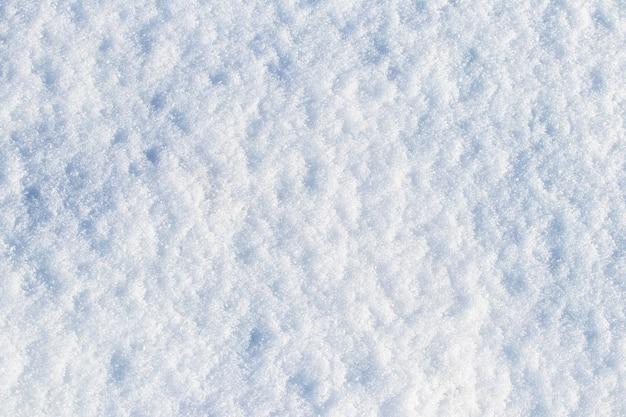 Texture de neige un jour ensoleillé, fond d'hiver