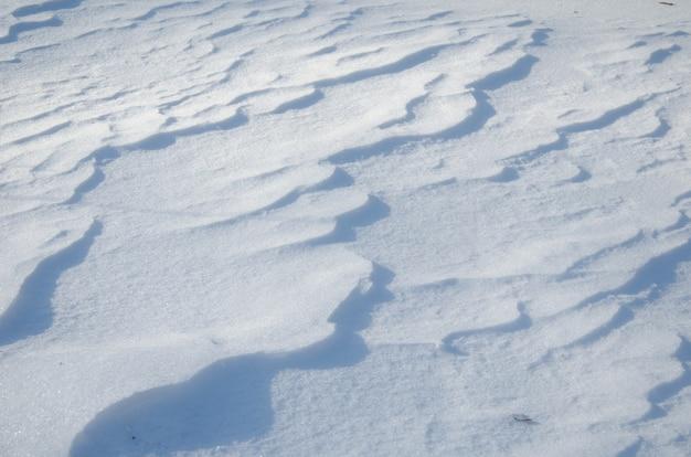 Texture de neige un jour d'hiver ensoleillé