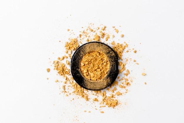 Texture de palette de fard à paupières doré écrasé. d'or