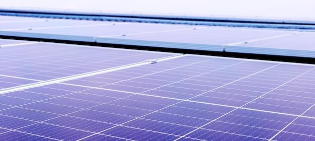 Texture des panneaux solaires en arrière-plan. énergie solaire. technologie de l'électricité solaire. stock photo panneaux solaires. bannière web longue agrandie.