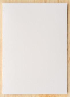 Texture de papier blanc sur fond de bois. fermer.