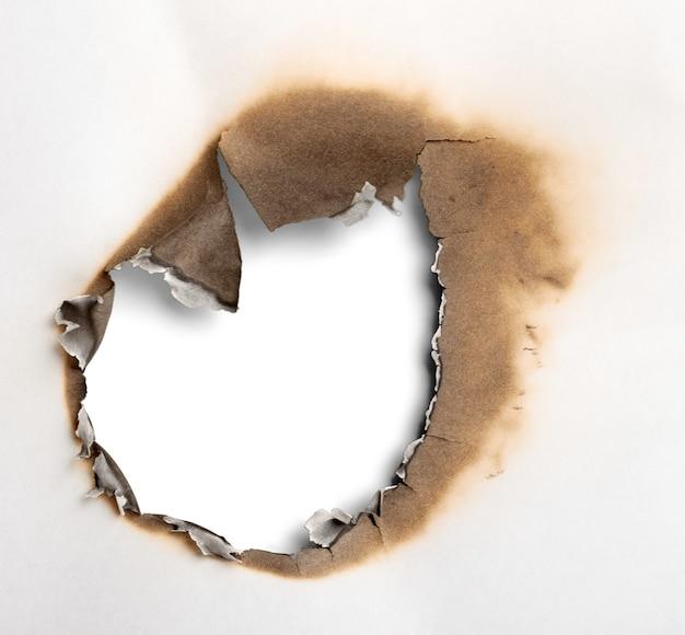 Texture de papier brûlé isolé sur fond blanc