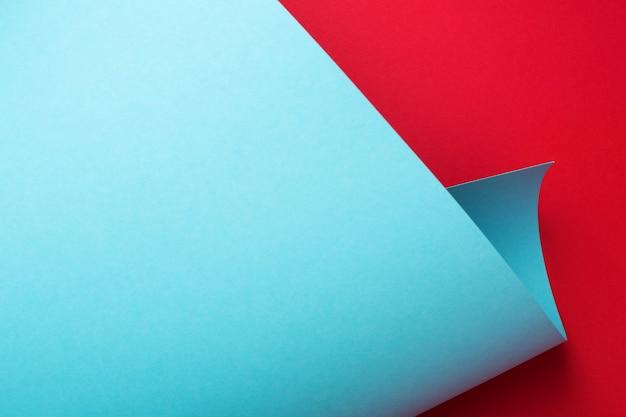 Texture de papier courbe, fond géométrique abstrait. cadre d'art. couleurs rouges et bleues.