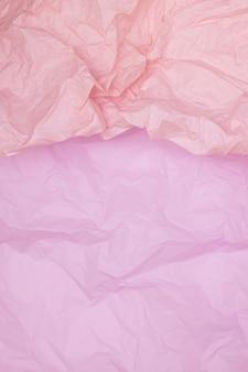 Texture de papier froissé rose bicolore, fond rose, papier peint, verticall
