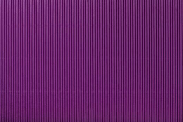 Texture de papier violet ondulé, macro. rayures