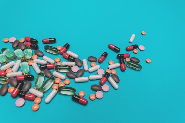 Texture de pilules multicolores sur fond bleu