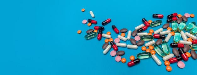 Texture de pilules multicolores sur fond de panorama bleu