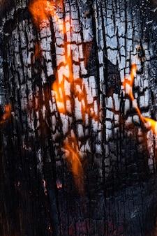 Texture de la plaque de bois gros plan, lors de la combustion de tir.