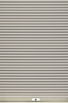 La texture de la porte ou de la fenêtre de l'obturateur est de couleur gris clair