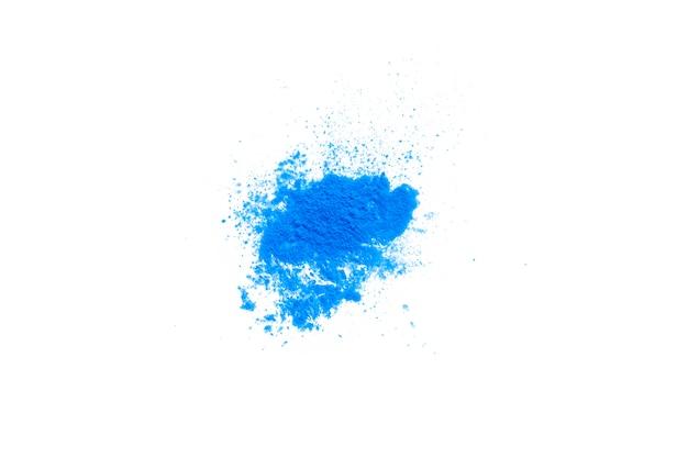 Texture de poudre de maquillage bleu isolé sur fond blanc.