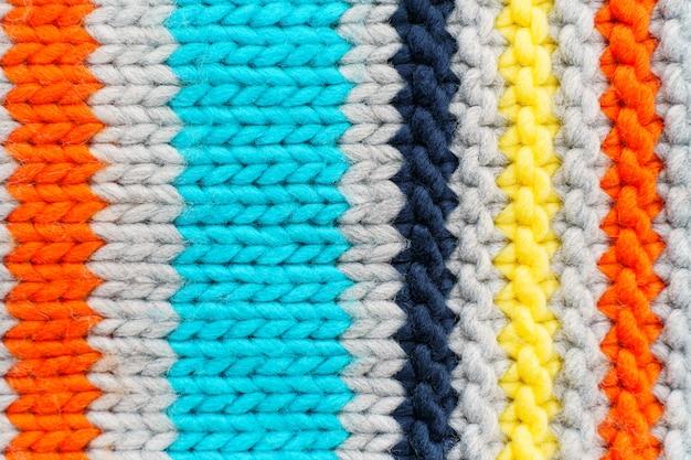 Texture de pull en tricot coloré à rayures verticales