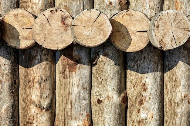 Texture des rondins, couplage en maçonnerie des rondins en bois avec des coupes. espace copie, fond en bois.