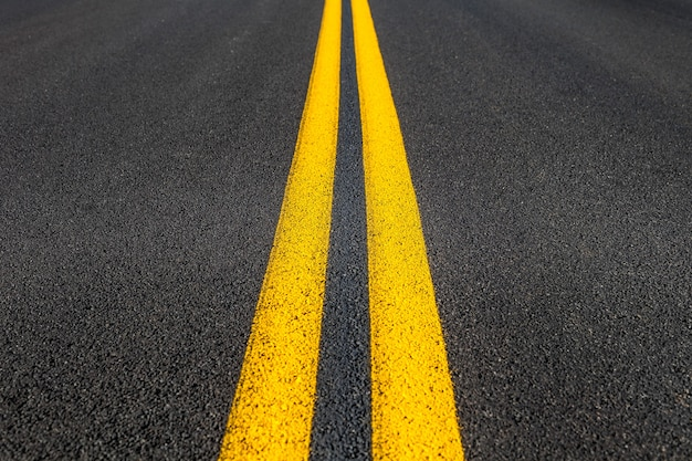 Texture de route avec deux bandes jaunes