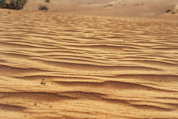 Texture de sable ondulé dans le désert de dubaï se bouchent
