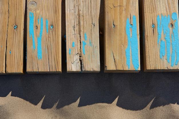 Texture de sable de plage avec des rayures en bois vieilli