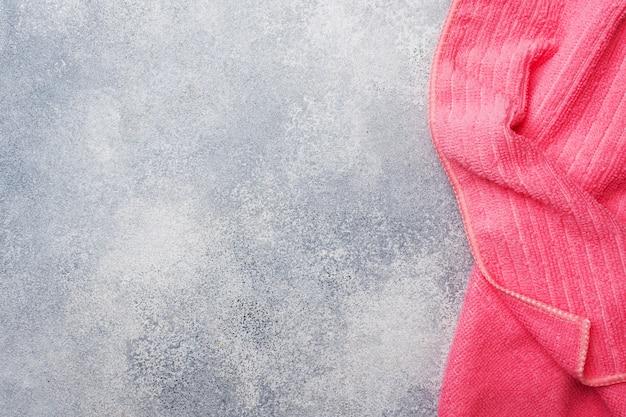 Texture de serviette de bain rose sur fond de pierre grise