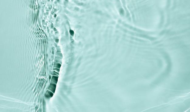Texture de surface de l'eau claire de couleur bleu liquide avec des bulles d'éclaboussures
