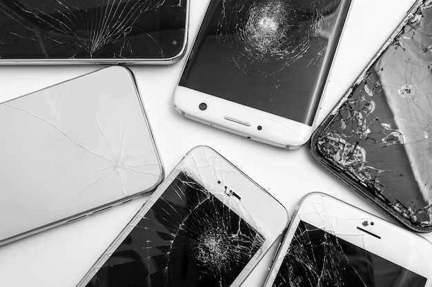 Texture de téléphone cassé sur fond blanc
