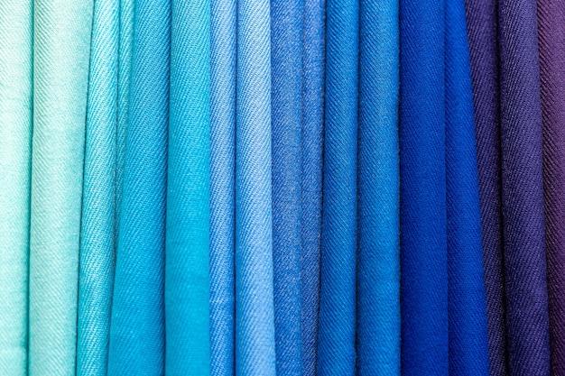 Texture de tissu plié multicolore.