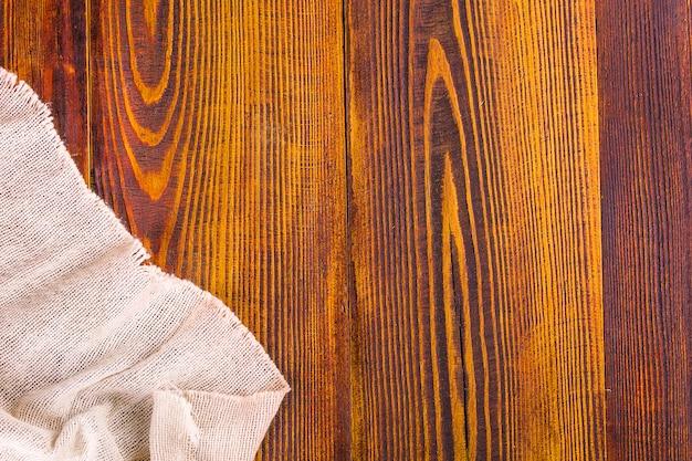 Texture de la toile de jute sur fond de table en bois.