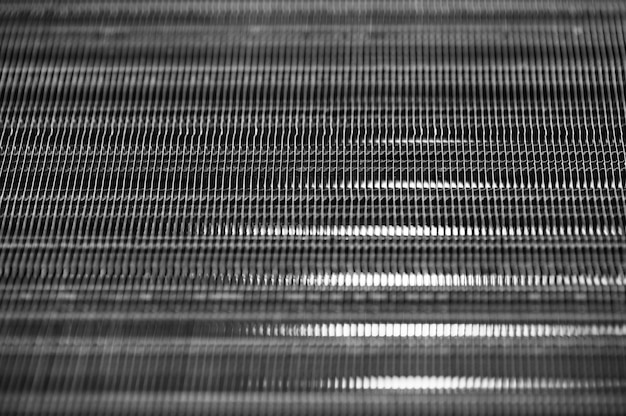 Texture transparente nervurée métallique dans le flou. acier. modèle.
