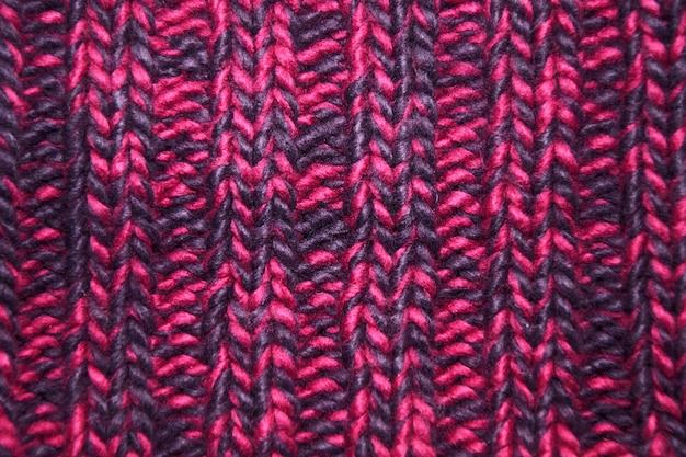Texture tricotée en gros plan dans la palette de couleurs magenta.