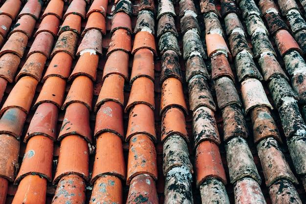 La texture des vieux bardeaux bruns sur le toit du bâtiment