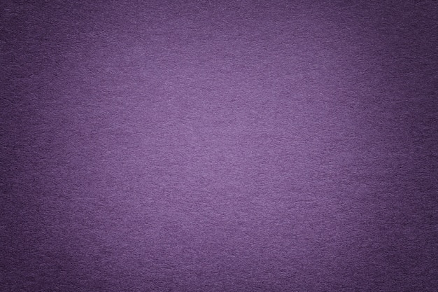 Texture de vieux fond de papier violet, agrandi. structure de carton dense.
