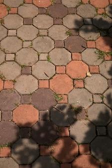 Tha pavement une ombre par jour ensoleillé