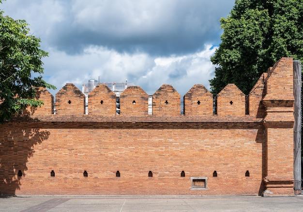 Tha phae gate chiang mai ancien mur et douves de la vieille ville de chiang mai dans le nord de la thaïlande est un lieu public