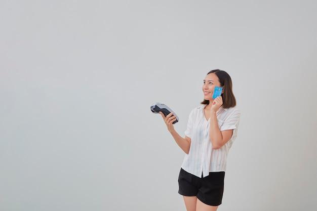 Thai femme présentant une carte de crédit pour effectuer le paiement