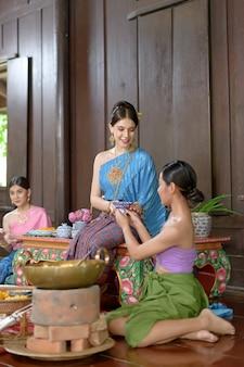Les thaïlandais font un dessert thaïlandais en costume d'époque thaï