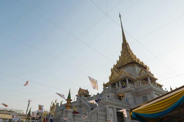 Les thaïlandais prient pour le 6 mars uranus sur la ville dans le temple
