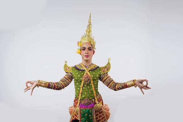 Thaïlande danse dans des spectacles de khon masqués sur gris. art thaï avec un costume et une danse uniques.