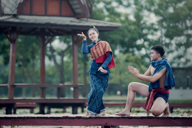 Thaïlande danse homme et femme en costume de style national: danse thailande
