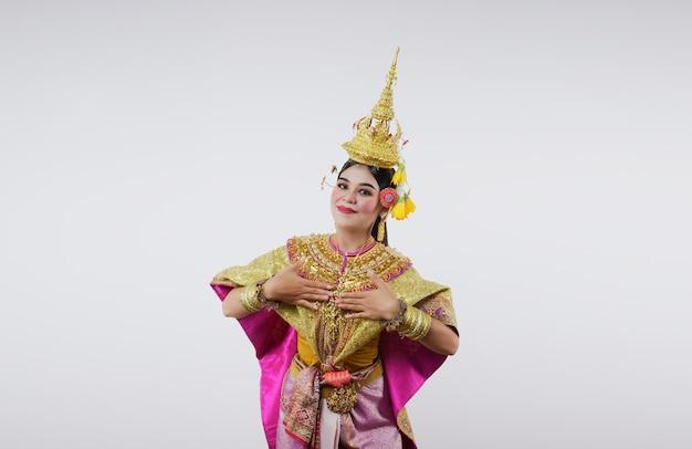 Thaïlande danse en khon benjakai masqué sur gris. art thaï avec un costume et une danse uniques.