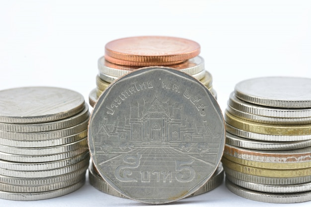 La thaïlande dépose de la monnaie sur fond blanc